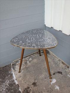 Upea 50-luvun pieni pöytä, sohvapöydäksi tai sivupöydäksi.  Erittäin siistikuntoinen.  Halkaisija 57 cm. korkeus 60 cm.   90 euroa.