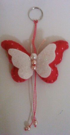 Chaveiro de borboleta em feltro Kids Crafts, Crafts To Make, Felt Flowers, Fabric Flowers, Fabric Crafts, Sewing Crafts, Felt Keychain, Paper Butterflies, Butterfly