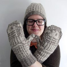 A pair of colourwork Daleks fight it out on these toasty stranded mittens! Mittens Pattern, Knit Mittens, Knitted Gloves, Doctor Who Knitting, Fingerless Mitts, Dalek, Craft Tutorials, Craft Ideas, Insulation