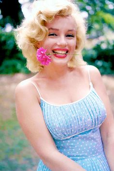 Marilyn 1957. Love the colors in the picture