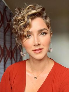 Cute curly pixie haircut that really worth a try! Curly Pixie Hairstyles, Short Curly Haircuts, Short Wavy Hair, Curly Hair Cuts, Curly Hair Styles, Pixie Wavy Hair, Short Curls, Curly Bob, Wedding Hairstyles
