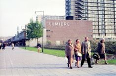 De Lijnbaan in Rotterdam in 1956. De voetgangers vooraan op de foto lopen op het Weena
