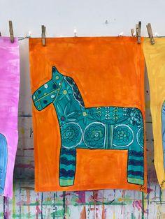 Dala Horse Painting Project by Small Hands Big Art Dala Pferd Malstunde / www. Elementary Art Rooms, Art Lessons Elementary, Shibori, Animal Art Projects, 2nd Grade Art, School Art Projects, Elements Of Art, Art Lesson Plans, Art Classroom