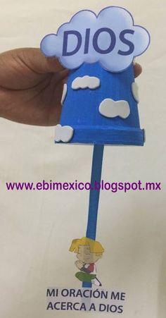 Tenemos para ustedes esta idea para dar de recuerdo a los niños solo necesitamos un vaso pintado de color azul el cual le pegamos nubes de ...