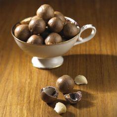 Der Geschmack der Macadamianuss ist leicht buttrig, mandelartig und sehr fein. Die Macadamianuss ist vor allem zum Knabbern gedacht.