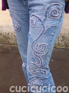 Copri quelle macchie sui tuoi jeans preferiti! Usa strisce di jeans per coprirle e abbellire i pantaloni, creando disegni belli. Li amerai ancora di più!