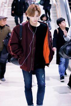 Jeonghan in airport Woozi, Mingyu Wonwoo, Hip Hop, Warner Music, Choi Hansol, Jeonghan Seventeen, Seventeen Debut, Seventeen Memes, Korean Boy