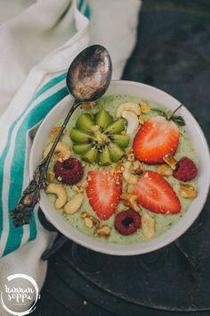 Kiwi Smoothie Bowl on raikas ja kauniin vihreä aamun aloitus. Mukana smoothiessa banaania, tammenlehtisalaattia ja vatsaa hellivää kauraa.