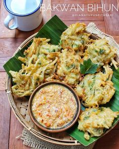 Resep bakwan kekinian istimewa Asian Desserts, Asian Recipes, Ethnic Recipes, Malay Food, Snacks Dishes, Indonesian Food, Diy Food, Food And Drink, Cooking Recipes