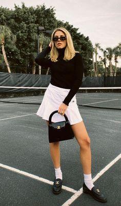 Foto: cassdimicco - O loafer é um sapato queridinho do meio fashion, independente das tendências, a peça continua em alta. E para te provar isso separamos looks imperdíveis. Blusa de manga preta, minissaia branca colegial, bolsa baguete preta, loafer chanel e meia branca. Mom Outfits, Trendy Outfits, Skirt Outfits, Chanel Loafers, Loafers Outfit, Tennis Skirts, All White Outfit, Sweater Set, Irina Shayk