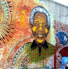 Rest in Power Nelson Mandela-Peat Wollaeger Mandela street art Welling Court Graffiti Art, Street Art Banksy, 3d Street Art, Amazing Street Art, Street Artists, Amazing Art, Nelson Mandela, Urbane Kunst, Mural Art