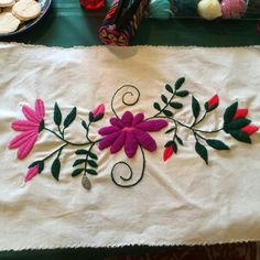Crewel Embroidery - Long & Short as Soft Shading in Colors - Embroidery Patterns Mexican Embroidery, Learn Embroidery, Embroidery Needles, Embroidery Patches, Crewel Embroidery, Embroidery Patterns, Bordado Floral, Seed Stitch, Fabric Decor