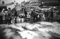 Manifestanti a Berlino Ovest versano cartoni di latte nel Ku'damm – la via centrale della città – per protestare contro gli alti livelli di radioattività negli alimenti causata dall'incidente di Chernobyl, 11 maggio 1986. (AP Photo/Peter Homann)