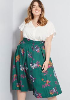 From midi to mini, discover plus size skirts with the perfect fit at ModCloth! Shop & discover women's plus size skirts in the prints and styles you love! Big Size Fashion, Plus Size Fashion For Women, Plus Size Skirts, Plus Size Outfits, Plus Size Herbst, Mode Outfits, Fashion Outfits, Fashion 2018, Chubby Fashion