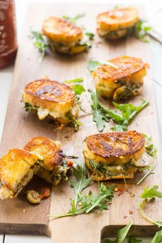 Wedding Food Mini Grilled Cheese Sandwich Appetizers - These Mini Grilled Cheese Sandwich Appetizers made with aged cheddar, sundried tomatoes, mushrooms and arugula are perfect for easy summer entertaining! Summer Appetizer Recipes, New Year's Eve Appetizers, Light Appetizers, Cheese Appetizers, Finger Food Appetizers, Party Appetizers, Healthy Appetizers, Girls Night Appetizers, Mini Grilled Cheeses