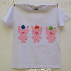"""Camiseta """"érase una vez"""", parte delantera con los 3 cerditos... Para ver más visita --> http://lascosasdehechoamano.blogspot.com.es/"""