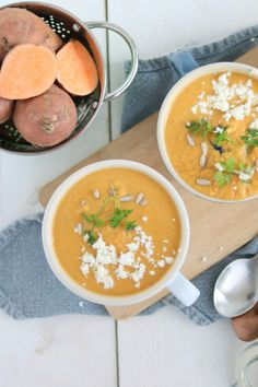 Zoete aardappelsoep met feta. De groente rooster je van te voren, dat zorgt voor een extra diepe smaak. Het is in ieder geval een goed gevulde vegetarische soep.