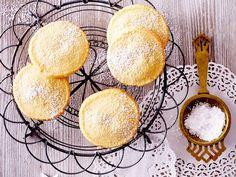 Butterplätzchen werden ohne viel Schnickschnack, dafür mit einer ordentlichen Portion Butter gebacken. Das macht sie schön zart. Und so geht's!