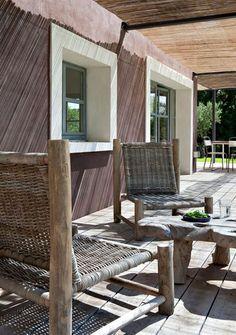 Petite terrasse en bois devant le Mas du Berger - Un mas familial pour se ressourcer - CôtéMaison.fr