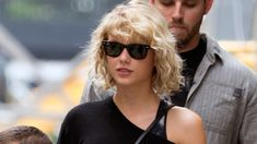 Taylor Swift's new look is one of our favorites. Curly Long Bangs, Short Hair With Bangs, Hairstyles With Bangs, Curly Short, Curly Bob, Estilo Taylor Swift, Taylor Swift New, Red Taylor, Trendy Haircuts