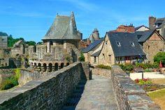 """Fougères - """"Une impressionnante silhouette de granit qui domine la ville... Dès votre arrivée à Fougères, le ton est donné. Blotties au pied de la plus grande forteresse d'Europe, les maisons à colombages et les ruelles pavées n'ont rien perdu de leur charme. Sous vos yeux, près de mille ans d'histoire !"""""""
