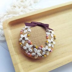 白いお花のリース  刺繍ブローチピン