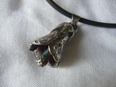Dije flor. Pieza única. Dije de plata Sterling hecho por medio de modelado en cera. Con collar de caucho negro.