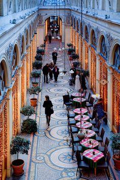 Passage Choiseul, hay tiendas de todo tipo, desde souvenirs hasta ropa vintage o la librería Libria. Se encuentra junto al Palais Royal.