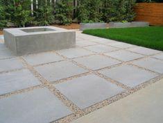 Moderne Terrasse mit Kies und Betonplatten verlegt