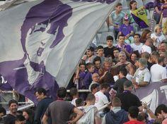 Anche Giancarlo Antognoni è in curva Fiesole per l'ultima partita del campionato della Fiorentina. E qualche tifoso ne approfitta per farsi un selfie con il campione ( Foto Cge )