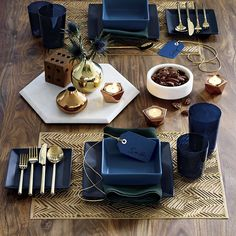 If my showhouse room had a dining table. :-) Except there'd be some silver in there too. / Blue and gold table setting from Gold Flatware, Flatware Set, Bougie Rose Gold, Comment Dresser Une Table, Rose Gold Candle Holder, Blue Dinner Plates, Blue Dinnerware, Modern Dinnerware, Decoration Originale