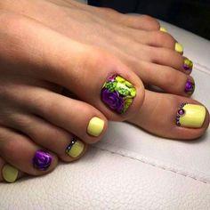 Nechtový dizajn počas leta neozaostáva a každá žena chce mať počas tohto obdobia krásne upravené nielen ruky, ale aj nohy. Farebné nechty či obyčajná francúzska manikúra dodá rukám alebo nohám šmrnc.