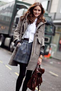 Jupe mi-cuisses à motifs à carreaux, chemisier blanc avec col jabot, sac à main besace en cuir marron