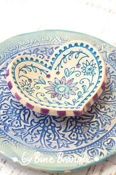 """Handgemachter Keramikteller in Herz-Form mit Reliefmuster in Blautönen. Mehr tolle Inspirationen und Töpfer-Anleitungen auf der DVD """"Lust auf Keramik, glasieren mit Botz"""", von Bine Brändle."""