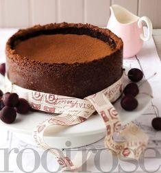 Hierdie lekker sjokoladekaaskoek kry sjokoladesplinterkoekies by! Easy Tart Recipes, Sweet Recipes, Chocolate Biscuits, Chocolate Cheesecake, Cake Tins, Cheesecake Recipes, No Bake Desserts, Tray Bakes, No Bake Cake