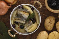 Il baccalà con patate e olive è un secondo piatto gustoso e rustico: il baccalà si amalgama alle patate e si arricchisce con olive nere e alloro.