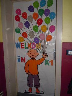 Jules (of PomPom) op de deur, met foto's van de juf en de kleuters in de ballonnen #kleuterjufzijnisfijn