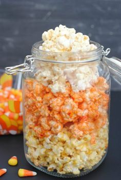 This Halloween popcorn not only tastes great, but it's a super fun and festive Halloween treat! Yummy caramel corn colored to look like candy corn and packaged cute you can give it as a gift! Halloween Popcorn, Halloween Desserts, Halloween Food For Party, Halloween Cupcakes, Easy Halloween, Halloween Treats, Vintage Halloween, Pizza, Fall Recipes