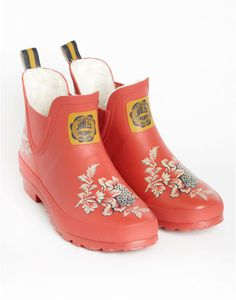 Joules WELLIBOB PRINT Womens Printed Wellibobs, Red Floral. Our classic Wellibobs now come with new and exciting prints splashed across them. They look best splashing through puddles (and at this time of year, we're confident they'll be a lot of puddles about)!