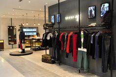 Este es el interior de unos grandes almacenes. Hay mucha ropa y artículos para la venta en los grandes almacenes.