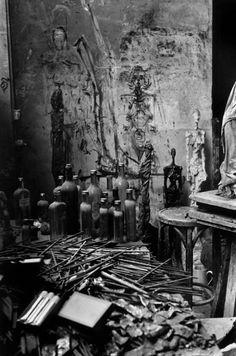 Studio of Swiss sculptor Alberto GIACOMETTI with graffiti of his wife, Annette, Paris, 1958 by Inge Morath Alberto Giacometti, Giacometti Paintings, Artistic Photography, Art Photography, Inge Morath, Antoine Bourdelle, Magnum Photos, Famous Artists, Art Studios
