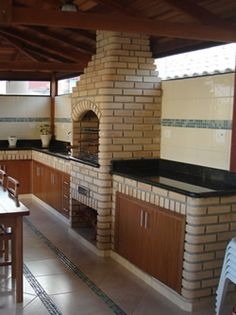 Churrasqueira com Forno com Forno Fire Pit Grill, Bbq Grill, Barbecue, Outdoor Kitchen Design, Rustic Kitchen, New Patio Ideas, Round House Plans, Brick Bbq, Bungalow House Design