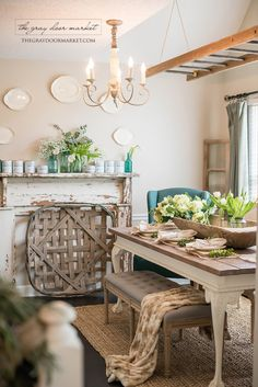 Such a cozy farmhouse dining room!