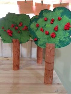 Apple Trees out of paper towel rolls, paper and tissue paper. Recycled Crafts Kids, Easy Crafts For Kids, Craft Activities For Kids, Diy And Crafts, Cardboard Tube Crafts, Paper Towel Crafts, Kindergarten Crafts, Preschool Crafts, Apple Theme