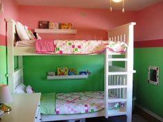 Вертикальное комбинирование однотонных обоев в комнате для детей