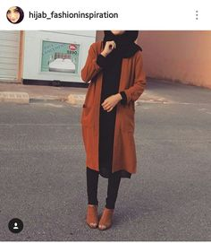 and black outfit. Tan coat and ankle boots and black jeans, top and hijab. Casual Hijab Outfit, Hijab Chic, Hijab Dress, Outfit Jeans, Hijab Jeans, Modern Hijab Fashion, Islamic Fashion, Muslim Fashion, Fashion Black