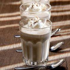 Von der Milch etwa 8 Esslöffel abnehmen und mit dem Puddingpulver anrühren. Übrige Milch mit Zucker, Vanillinzucker und Cappuccinopulver zum Kochen...