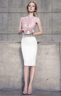 Vestido de fiesta a la rodilla, tipo lápiz; bicolor en colores ivory y rosa palo.<br>Elaborado en encaje hecho a mano y raso en la parte inferior.