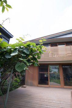 広いデッキはアウトドアでのくつろぎのスペース。大きく広がったキウイの葉が、デッキに木陰を作ってくれる。