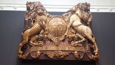 "Spiegelversiering van de Royal Charles, in Asmterdams Rijksmuseum. ""Dieu et mon droit"". (Engels-Nederlandse oorlogen)"